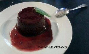 Flan de cacao y agar agar con salsa de frutos rojos