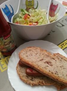 Bocadillo de frankfurt vegano y ensalada