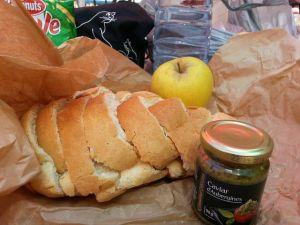 Pan, paté de berenjenas y una manzana