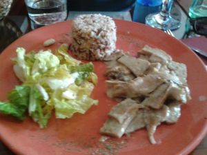 Ragú de seitán  (Seitán casero en salsa bechamel vegana de setas. Acompañado de arroz basmati integral)