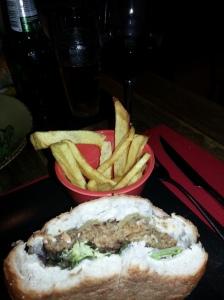 Hamburguesa de seitán con patatas fritas