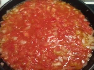 En una sartén, se pone la cebolla y el tomate. Y se deja a fuego lento mínimo una hora.