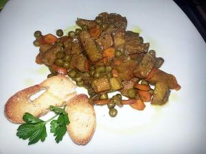 Seitán con guisantes y zanahorias