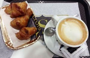 Cruasanes veganos y café con leche de avena en CroisSants Estaban buenos aunque alguno estaba bañado con demasiado almíbar para mi gusto.