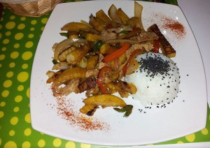 Revuelto de seitán con patatas y verduras