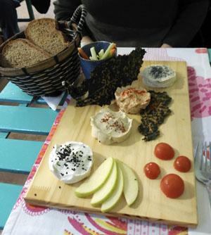 Tabla de 'quesos' veganos: quesos de frutos secos, crema de tofu y crudités