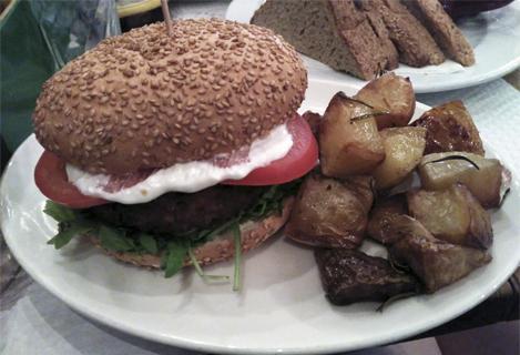 Bocadillo de hamburguesa vegana con patatas (5,30 euros + 1,50 euros)