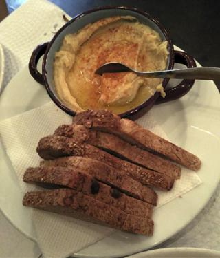 Hummus con pan (4 euros)