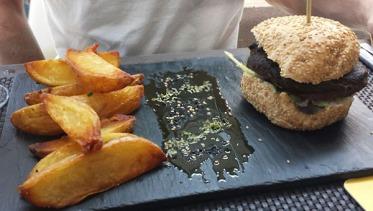Hamburguesa vegana con patatas caseras (14,50 euros)