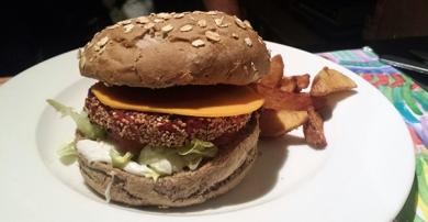 Hamburguesa muy lograda, con salsa mayonesa vegana, lechuga, tomate, salsa tomate, queso vegano tipo cheddar