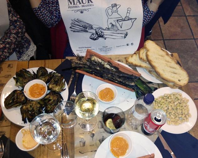 Calçots, alcachofas a la brasa, alubias blancas, pan de payés, salsa romesco y bebidas