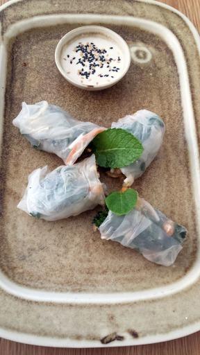 Nem de invierno con salsa satay: Roll de papel arroz con verduras de temporada