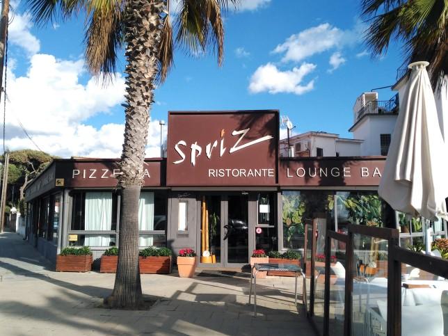 Entrada al restaurante, en el paseo marítimo de Castelldefels