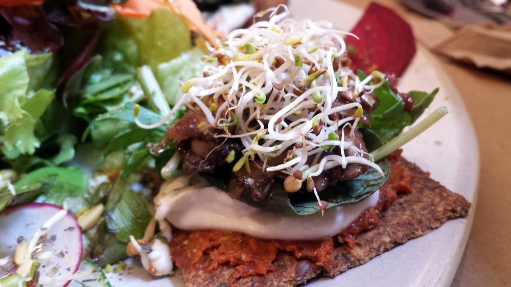 FOTO4Minipizzas con bases de cracker, salsa de tomates secos, queso de anarcados, champiñones marinados, limón y hierbas provenzales