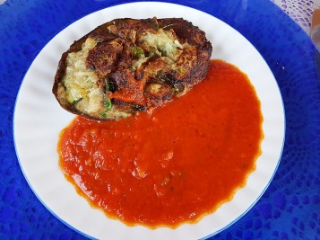 Berenjena rellena de verdura con salsa de tomate