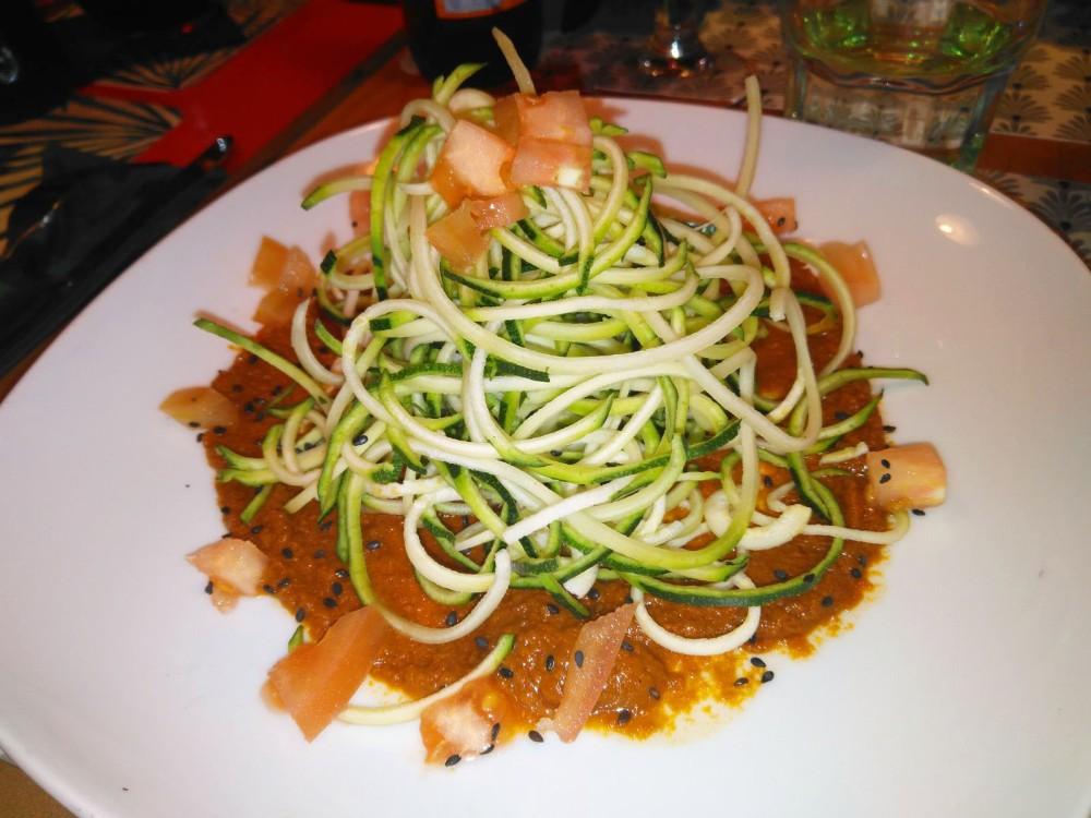 Espaguetis crudos de calabacín , albahaca y una rica salsa de pesto rojo de tomate seco